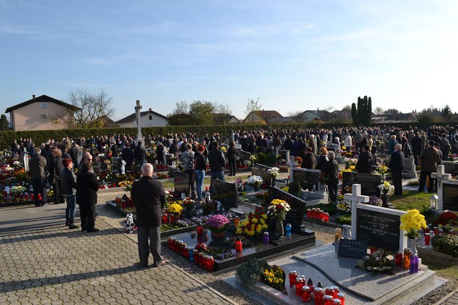 Vsi sveti - molitev na pokopališču